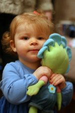 dziecko z zabawką